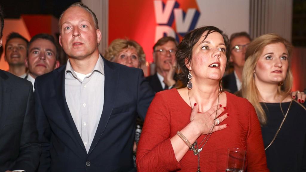 REAKSJONER: Medlemmer av VVD reagerer på den første valgdagsmålingen, der Rutte og hans VVD ligger an til å bli størst.
