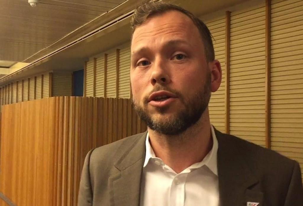 SV-lederen nektet i sin tid militæret og var i stedet sivilarbeider ved Norsk Økologisk Landbrukslag i 1999 og 2000. I dag er han overbevist om at Norge trenger et militært Forsvar.