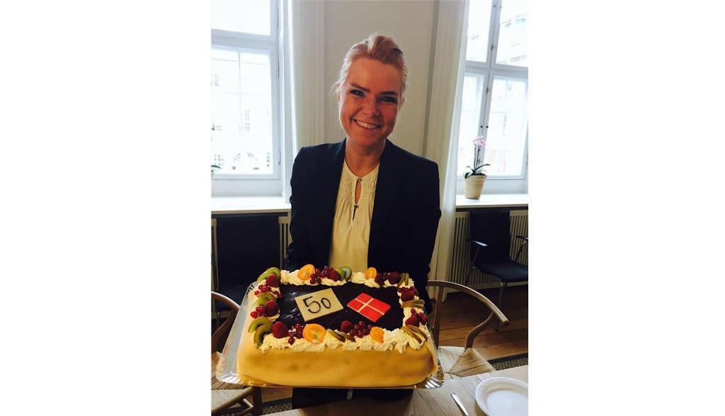 FÅR KRITIKK: Danmarks utlendings- og integreringsminister Inger Støjberg har fått mye kritikk for at hun feiret regjeringens asylinnstramming nummer 50 med bløtkake. Foto: Facebook
