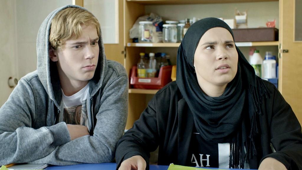 BIOLOGITIME: Isak (Tarjei Sandvik Moe) og Sana (Iman Meskini) er ikke alltid enige med læreren eller hverandre.