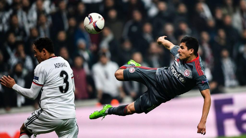 DRØMMESCORING: Tarik Elyounoussi vartet opp med en herlig scoring for Olympiakos, men det holdt ikke til videre spill.