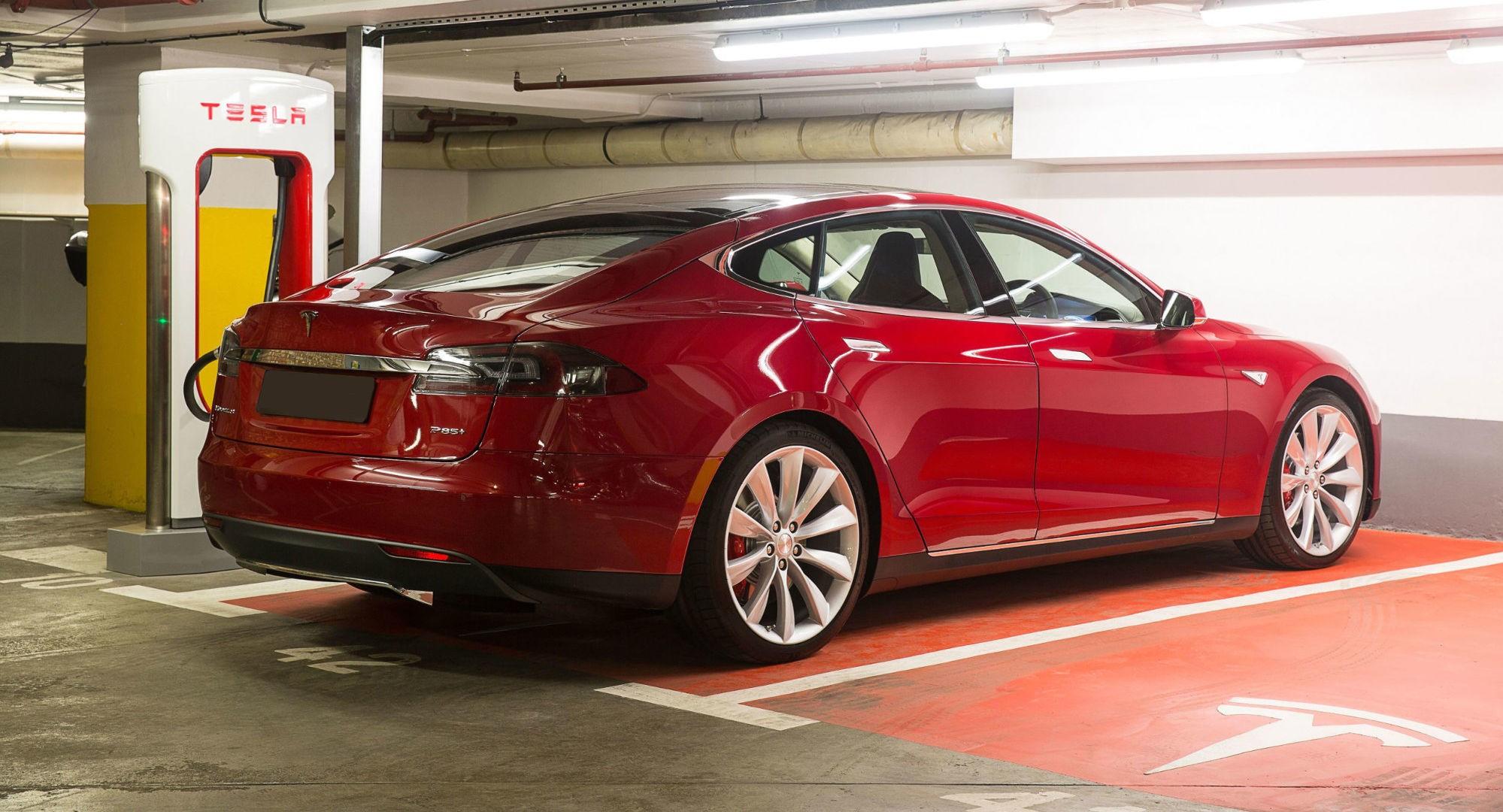 SKILLER SEG UT: Tesla er det eneste på markedet som ikke tilbyr kapasitetsgaranti på batteriene sine. Det sender produsenten til bunns av Forbrukerrådets kåring av de beste garantiordningene for elbil i Norge.