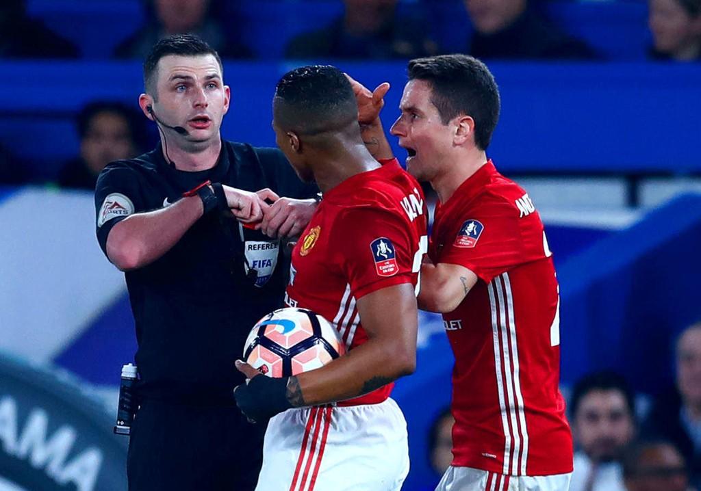 UTVIST: Ander Herrera ble utvist under Manchester Uniteds FA-cupoppgjør mot Chelsea. Protestene hjalp ikke, snarere tvert imot.