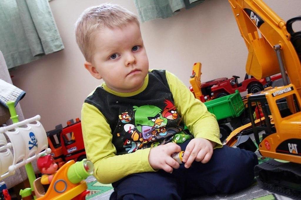 TØFF GUTT: Mamma og pappa forteller at Elias alltid har vært lett å ha med å gjøre, og knapt gråt, på tross av mye sprøyter og sterke medisiner. (Foto: Torgeir Bråthen)