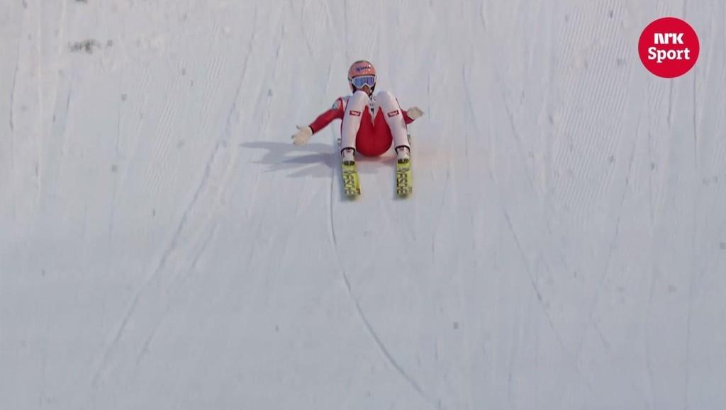 RUMPA I BAKKEN?: Stefan Kraft så ut til å plante rumpa i bakken da han satte verdensrekord i Vikersund lørdag.