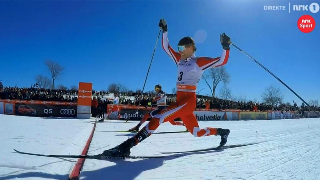 AVGJØRELSEN: Johannes Høsflot Klæbo (lengst ifra kameraet) fikk en halv skolengde foran Alex Harvey (nærmest) og triumferte dermed totalt i Ski Tour Canada.
