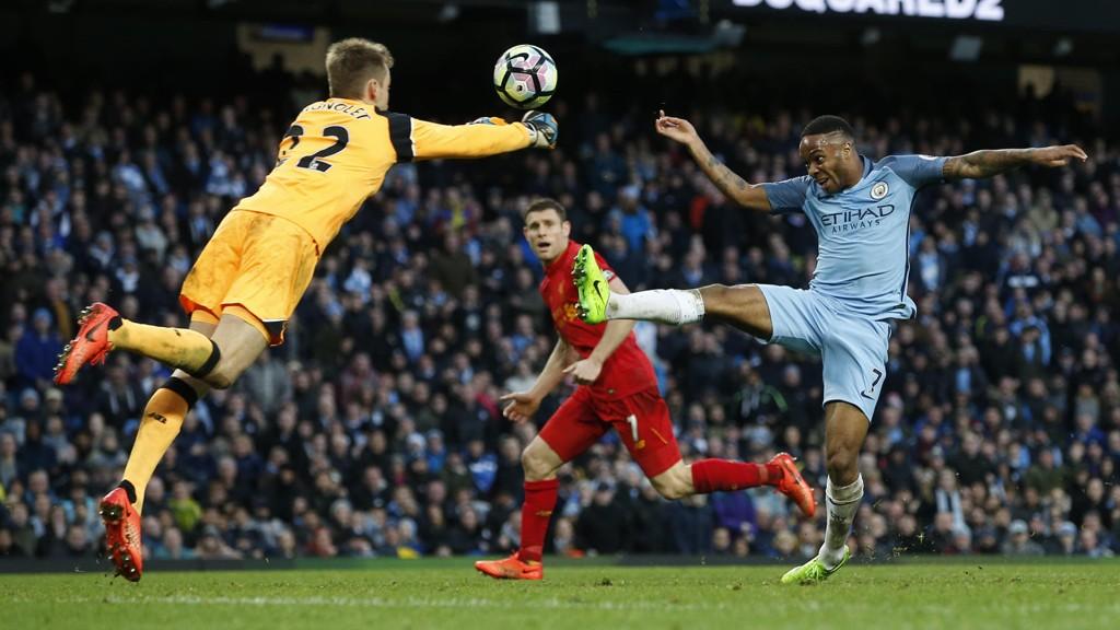 KAMP: Simon Mignolet og Raheem Sterling kjemper om ballen i 1-1-kampen mellom Manchester City og Liverpool.