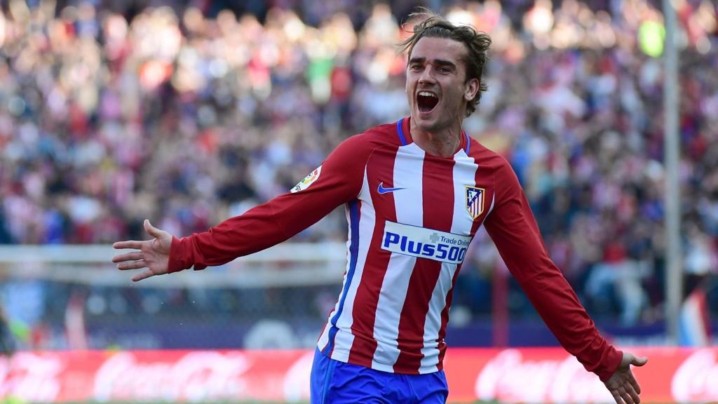 STOR SMIL: Antoine Griezmann ordnet både scoring og målgivende da Atlético Madrid beseiret Sevilla.