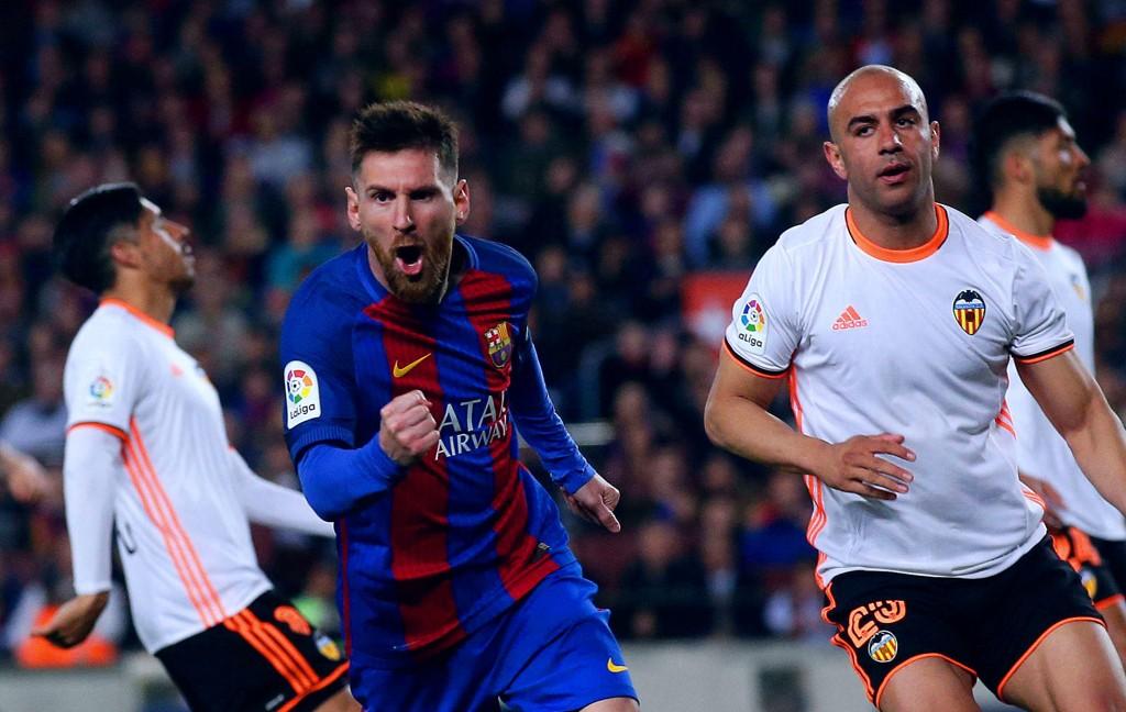 TOPPSCORER: Lionel Messi scoret for 24. og 25. gang i ligaen da Valencia ble slått på Camp Nou søndag kveld.