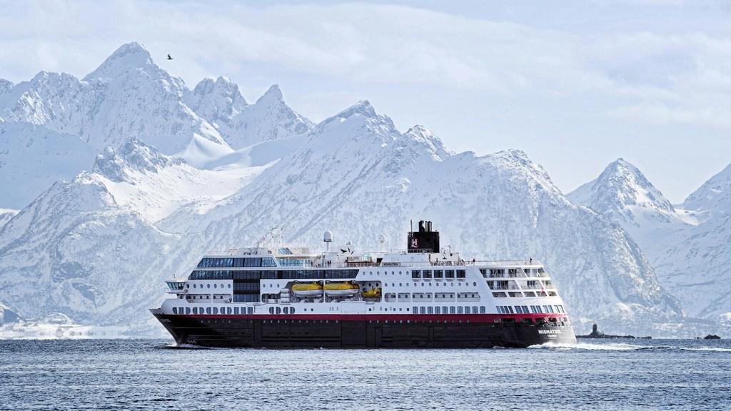 HURTIGRUTEN: Hurtigruten, her representert ved MS Midnatsol på vei til Svolvær i Lofoten.