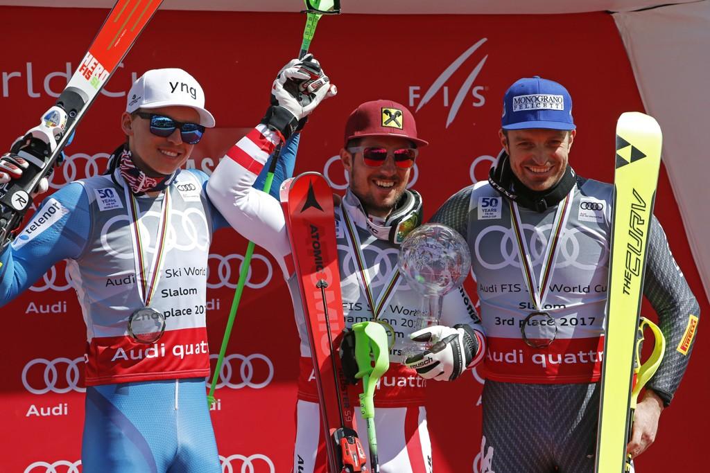 DE BESTE: Topp-tre i slalåmcupen totalt sesongen 2016/2017. Vinneren Marcel Hirscher i midten, flankert av Henrik Kristoffersen (til venstre) og Italias Manfred Moelgg.