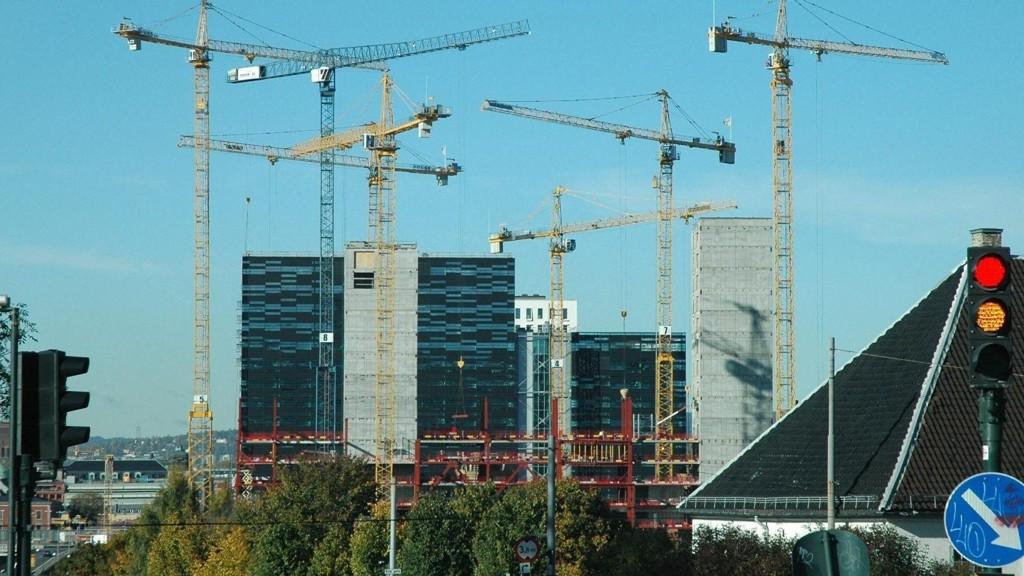 STØRRE BY: Sakte men sikkert vokser nye boliger fram i Oslo. Her representert ved Barcode-bygningene som både huser kontorer og boliger.