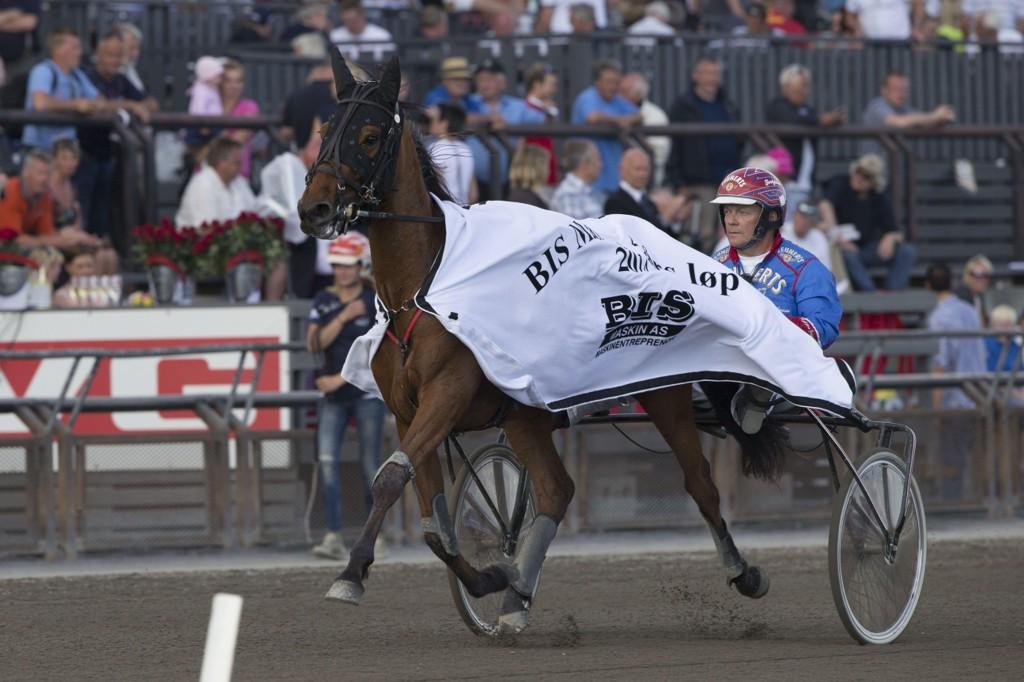 Torbjörn Jansson kjører vår V64-banker på mandag. foto_Roger Svalsr¿d_hesteguiden.com