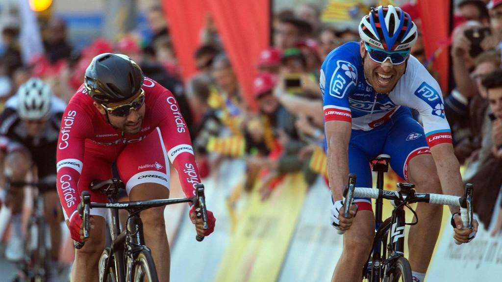 DRAMA: Davide Cimolai (til høyre) slo storfavoritten Nacer Bouhanni på dagens etappe av Volta Catalunya.