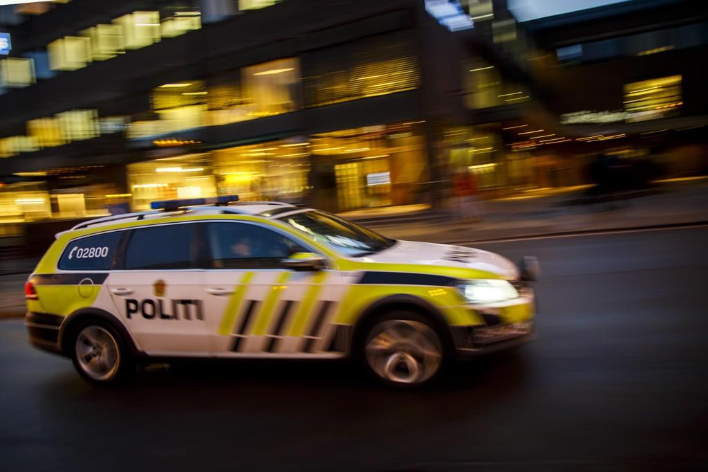 Bevæpnet politi leter etter flere ransmenn etter at en mann i slutten av 20-årene ble fraranet sekken sin i Oslo mandag ettermiddag.