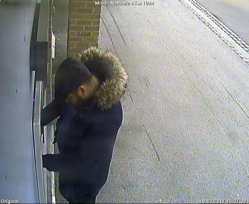 ETTERLYSES: Politiet på Romerike etterlyser denne mannen og en mann i rød jakke etter at en eldre kvinne ble forfulgt og robbet lørdag ettermiddag i Lillestrøm sentrum.