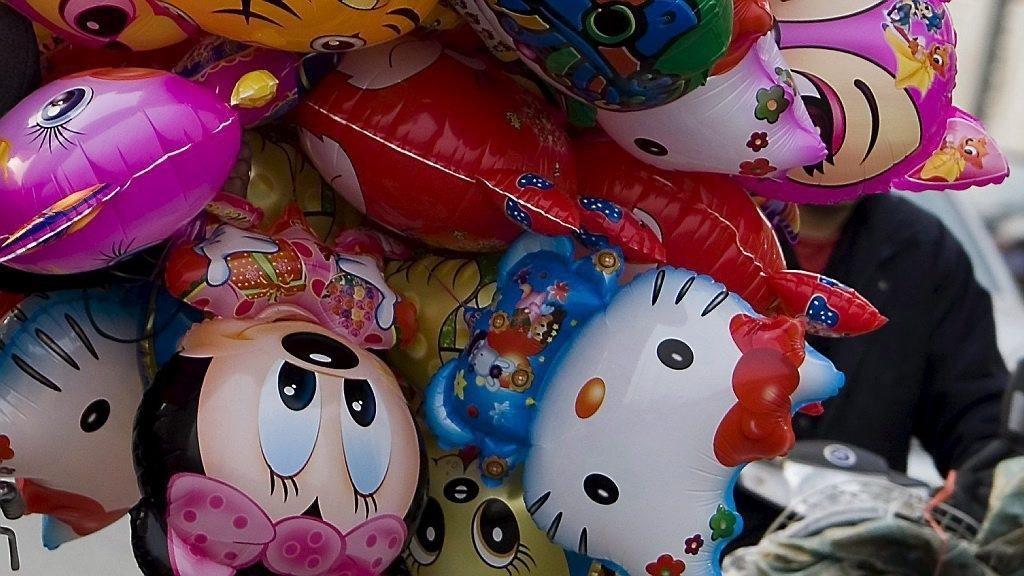 - De selger de dem for 100–150 kroner for én, mens det koster slikk og ingenting å lage denne ballongen, og fylle den med gass. Utgiften er kanskje en tier.