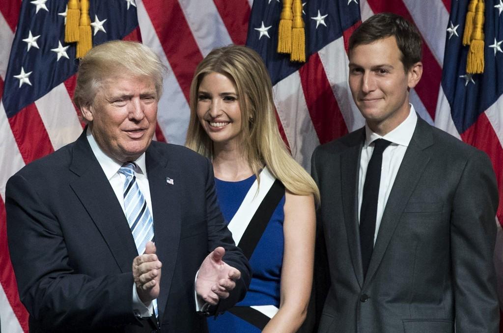 FØRSTE FAMILIE: Jared Kushner ligger an til å få en ny jobb i et embete svigerfar og president Donald Trump oppretter og ventes å kunngjøre mandag. Her også med kona og Trump-datter Ivanka.