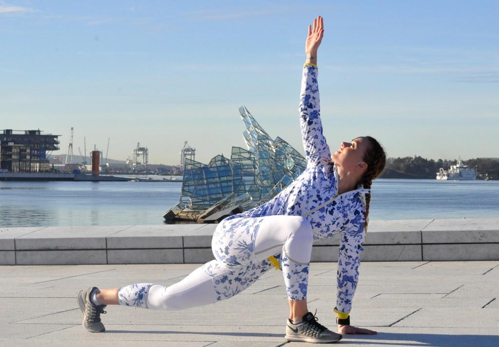 Amalie Constance Tefre Skage, personlig trener og instruktør, viser Side2 tre gode øvelser du kan gjøre for å strekke ut før du løper.