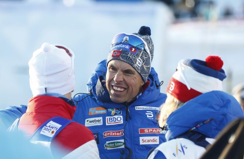 UROLIG: Landslagssjef Vidar Løfshus syns det er for stor avstand mellom toppene og utfordrerne i norsk damelangrenn.