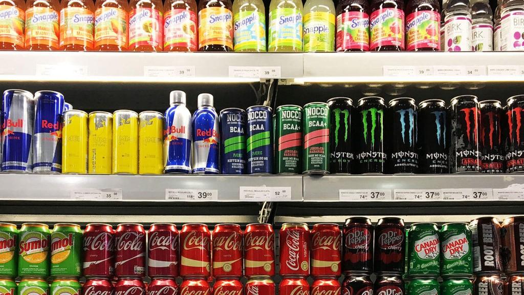Utvalg av sukkerholdig drikke og energidrikke i tilfeldig butikk.