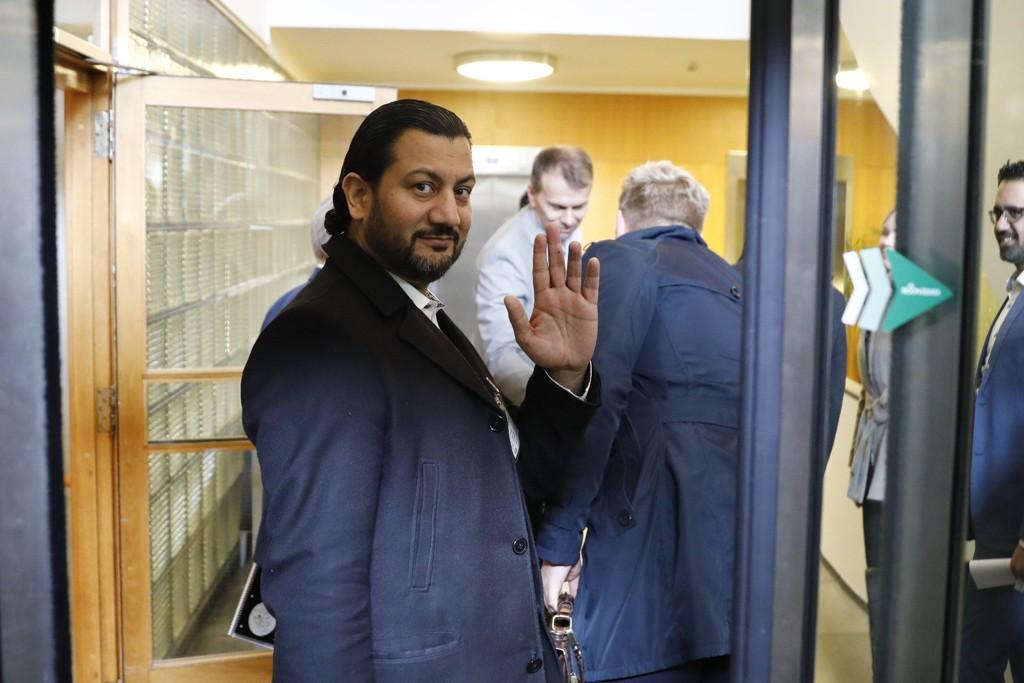Generalsekretær Mehtab Afsar i Islamsk Råd Norge på vei inn til kulturministeren.
