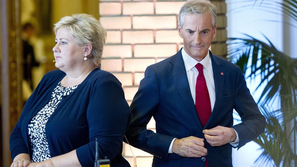 Jonas Gahr Støre (Ap) får høyest oppslutning på en ny statsministermåling. Statsminister Erna Solberg (med ryggen til) sier hun skal jobbe med å overbevise velgerne.