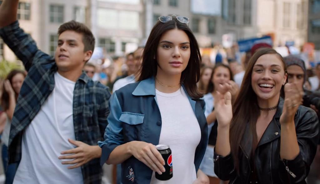 Kendall Jenner er en av de mest fremtredende karakterene i Pepsis nye reklamefilm, som kritiseres stort i sosiale medier.