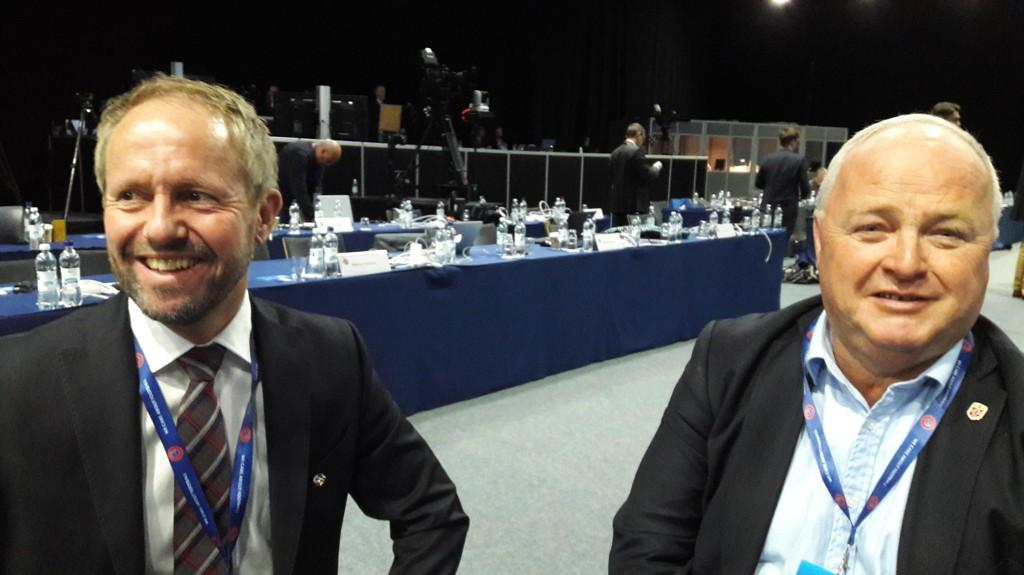 I HELSINKI: Generalsekretær i NFF Pål Bjerketvedt og fotballpresident Terje Svendsen på fotballkongress i Helsinki.