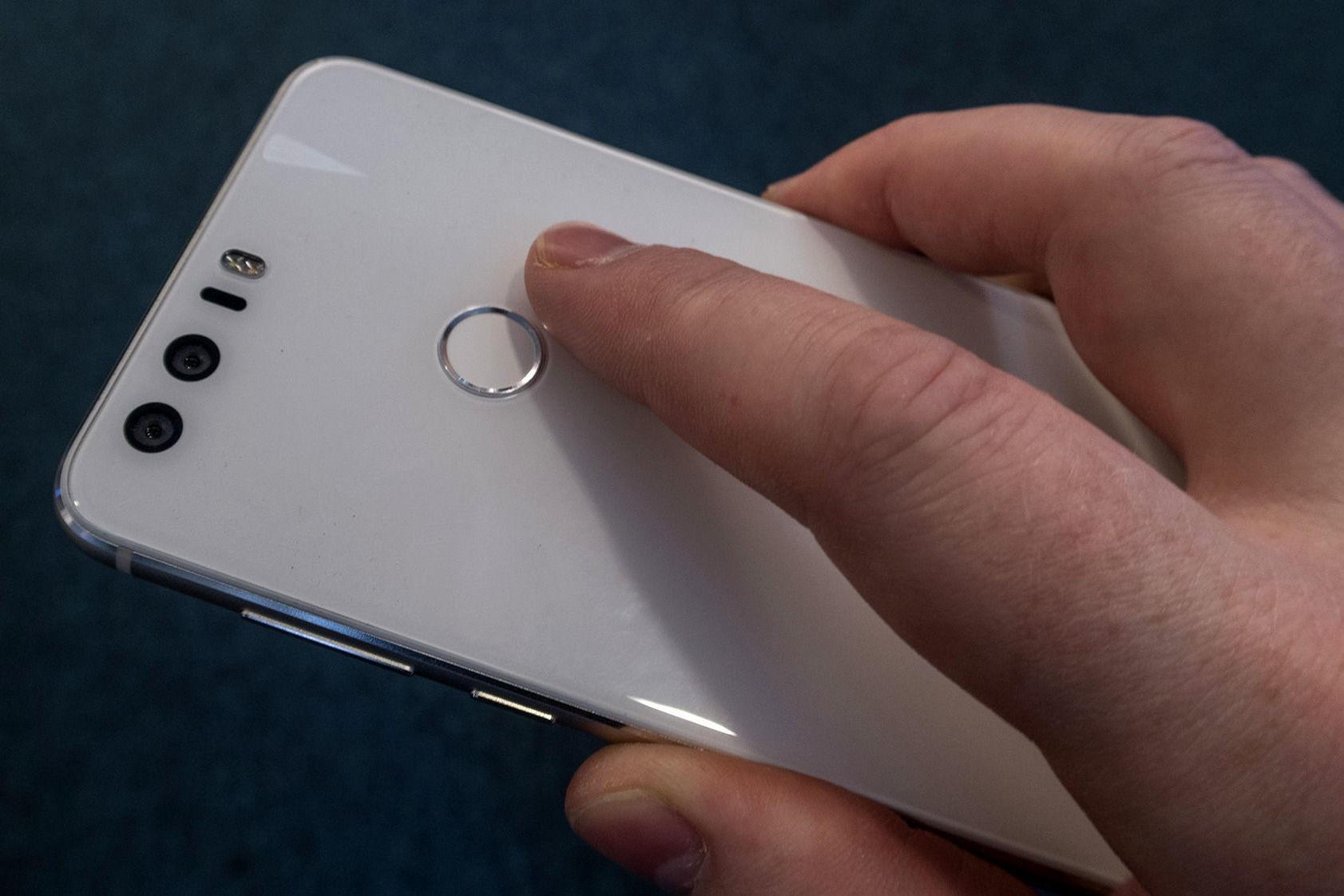 Politiet kan i fremtiden tvinge deg til å bruke fingeravtrykk eller andre former for opplåsingsmekanismer på mobilen din, slik at de kan få tilgang til innholdet ved beslag og ranssaking.