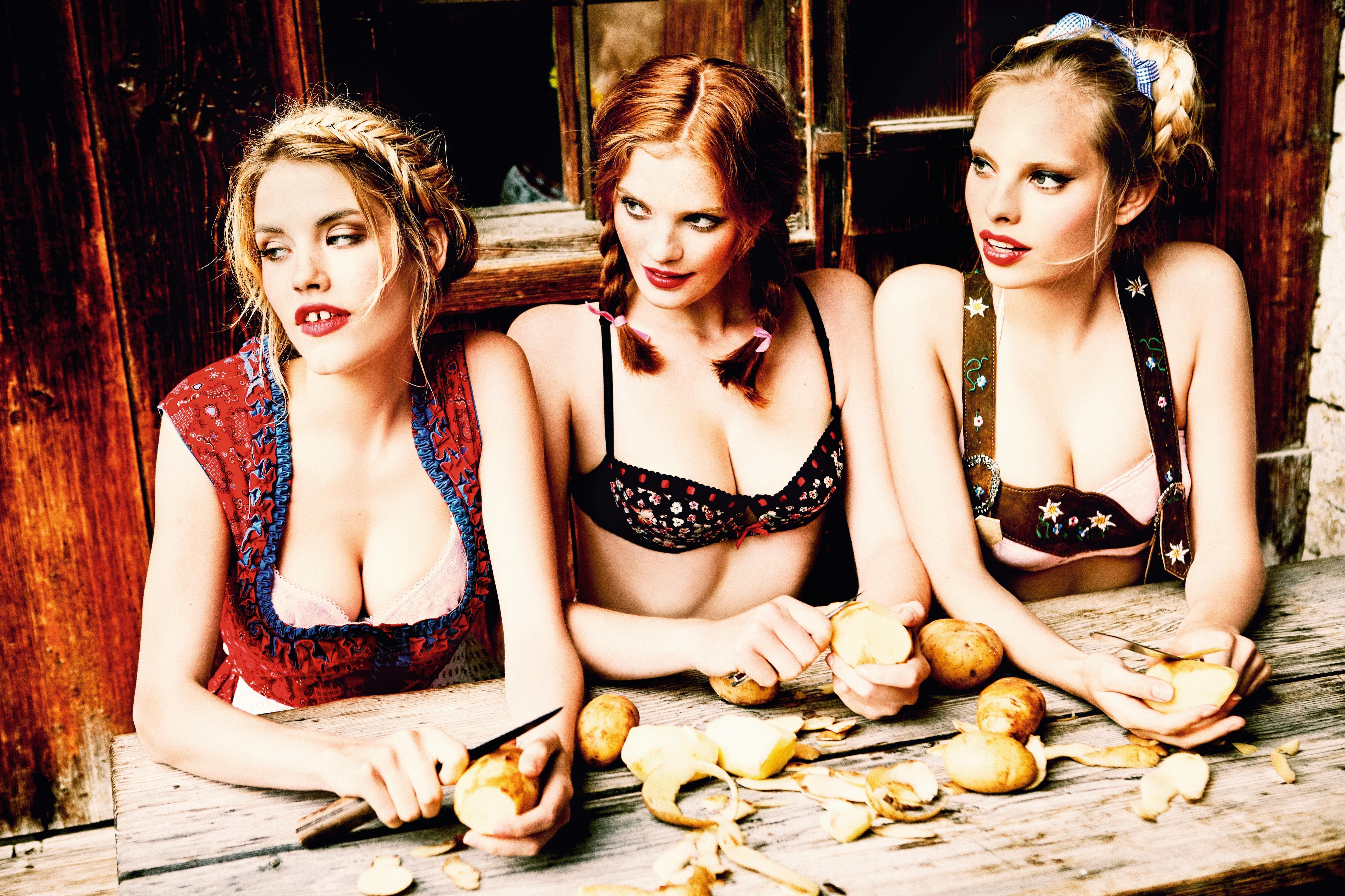 «The Cooks» er en av flere hundre bilder av bayerske skjønnheter foreviget av fotografen at Ellen von Unwerth.