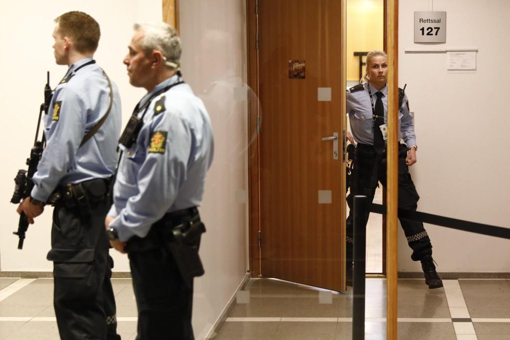 Tungt bevæpnet politi på plass i forbindelse med fengslingsmøte for 17-åringen som er siktet etter bombefunn i Oslo.