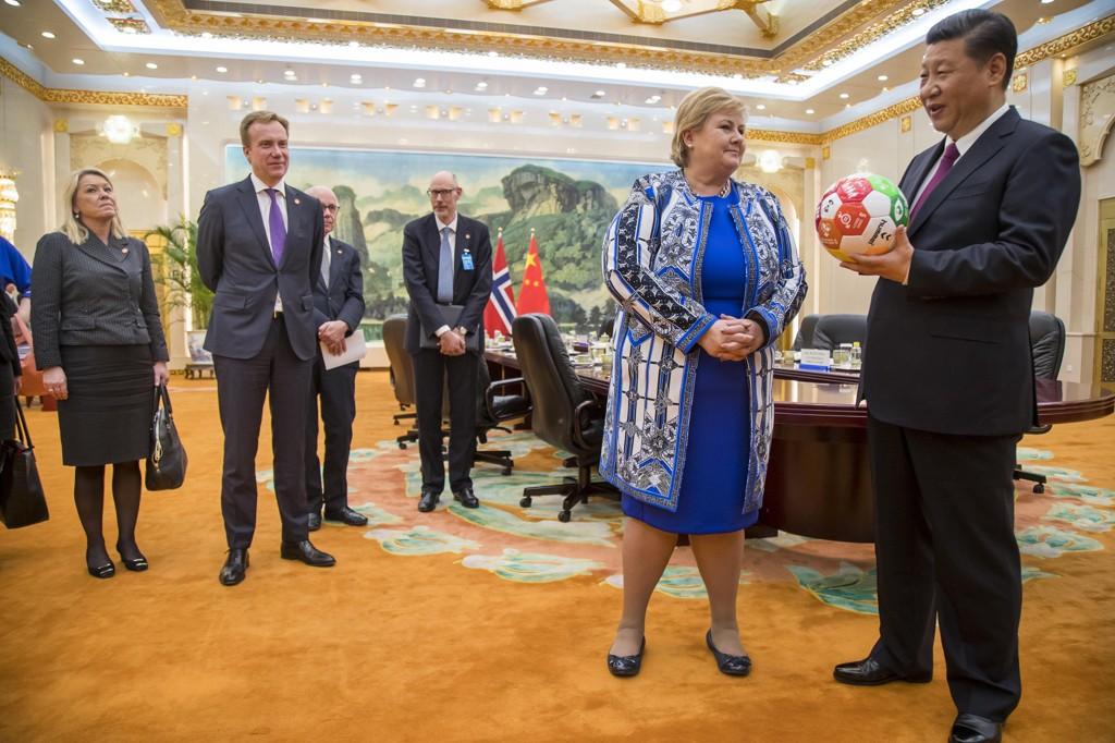 Statsminister Erna Solberg avsluttet Kina-besøket med å møte president Xi Jinping i Folkets store hall i Beijing mandag. Solberg har vært på offisielt besøk til Kina der gjenopptakelse av politisk og økonomisk samarbeid med Kina er hovedformålet med besøket. Solberg hadde også med seg en fotball med FNs 17 bærekraftsmål i gave til den mektige presidenten. Menneskerettigheter var midlertidig ikke tema under møtet. Næringsminister Monica Mæland og utenriksminister Børge Brende var også med på møtet (NTB).