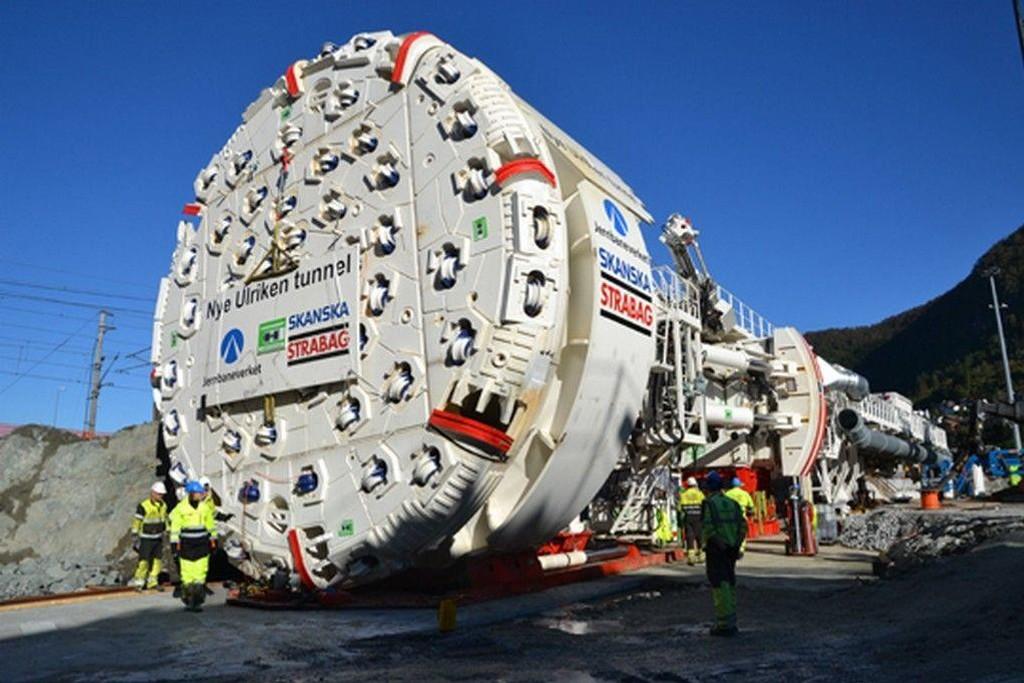 Tunnelboremaskinen Ulrikke er i ferd med å spise seg gjennom Bergens høyeste fjell Ulriken. Men det koster.