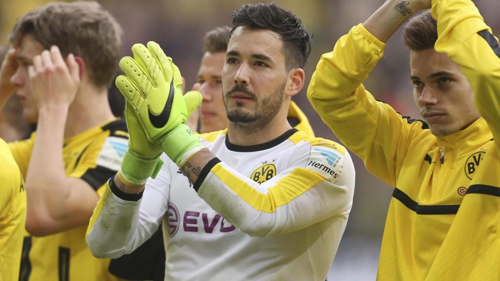 PREGET: Roman Bürki merker påkjenningene på kroppen etter angrepet på Borussia Dortmunds spillerbuss. Målvakten sliter med å sove om natten etter den traumatiske hendelsen.