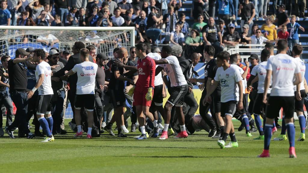 GRUSOMT: Lyons spilelre ble angrep av Bastia-fansen.