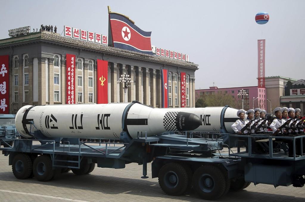 - KLAR TIL Å REAGERE: Nord-Korea visste for første gang fram ballistiske missiler som kan skytes opp fra ubåter under landets svære militærparade i hovedstaden Pyongyang.I en tale før paraden sa generalsekretær Choe Ryong-hae i Nord-Koreas kommunistparti at landet er klar til å reagere på alle slags angrep fra USA, også atomangrep.