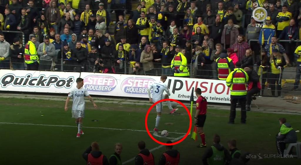ROTTER: FCK-spillerne måtte fjerne rotter fra banen underveis i oppgjøret mellom Brøndby og FC København.