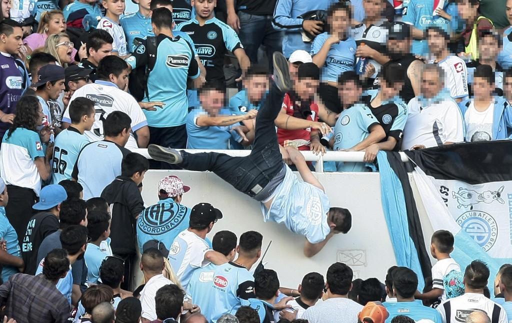 DYTTET I DØDEN: En gruppe tiulskuere dyttet mannen ned fra tribunen under en kamp i argentinsk fotball.