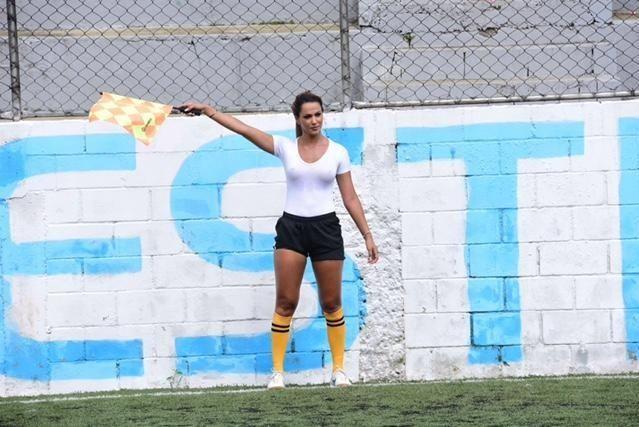 VEKKER OPPSIKT: Den brasilianske linjedommeren og modellen Denise Bueno fikk mer oppmerksomhet enn den jevne linjedommer under en amatørkamp mellom fotballageneDesire og Sporting i São Paulo i Brasil i forrige uke. Foto: Scanpix