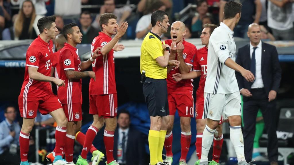 SKJØNTE LITE: Bayern München-spillerne flokket seg rundt dommer Viktor Kassai etter at Arturo Vidal feilaktig ble utvist.