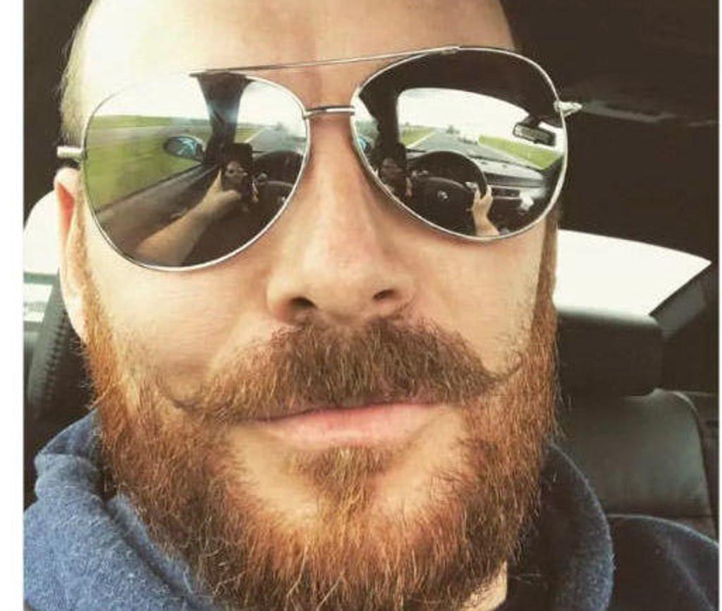 MOBILBRUK: Mannen la ut denne selfien på Twitter, men fikk seg en overraskelse da politiet ville gi ham bot for mobilbruk i bilen.