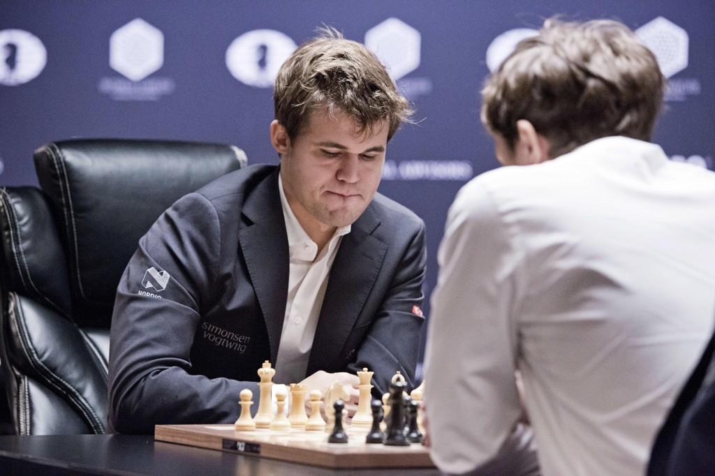 INGEN OPTIMAL START: Magnus Carlsen har ikke fått noen optimal start på storturneringen i Baden-Baden. Her fra partiet mot Sergej Karjakin i kampen om VM-tittelen.