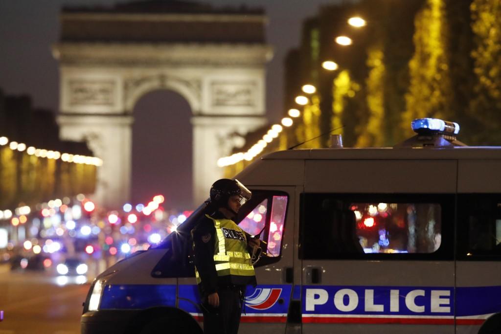 Politifolk på plass på Champs-Élysées i Paris etter skytingen tordag.