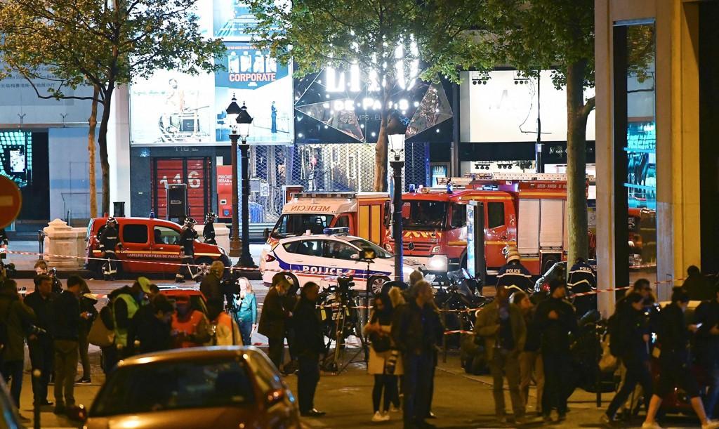 Folk i nærheten av åstedet i Paris sent torsdag kveld.