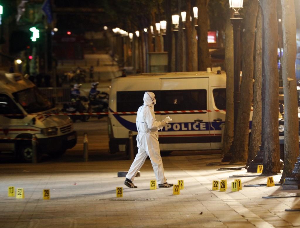 En politimann ble drept i angrepet i Paris torsdag kveld.
