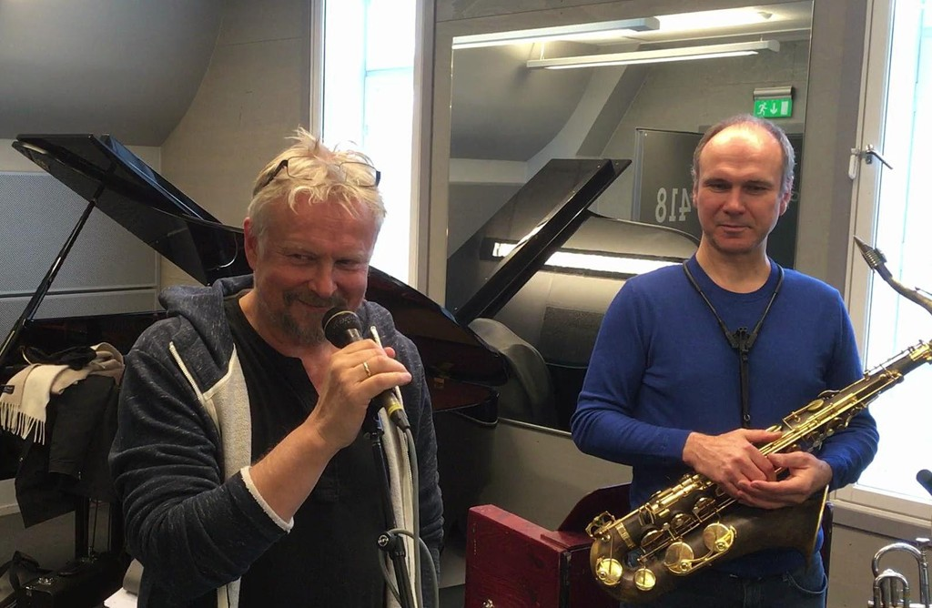 HYLLER LEONARD COHEN: Dennis Storhøi og Bendik Hofseth øver på Tower of Song av Leonard Cohen foran den store konserten i Oslo Spektrum tirsdag.