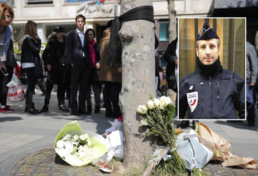 Politibetjenten Xavier Jugelé (innfelt) ble drept i angrepet på Champs-Élysèes i Paris torsdag. På stedet han ble drept ble det lagt ut blomster og hengt et sort skjerf på treet.