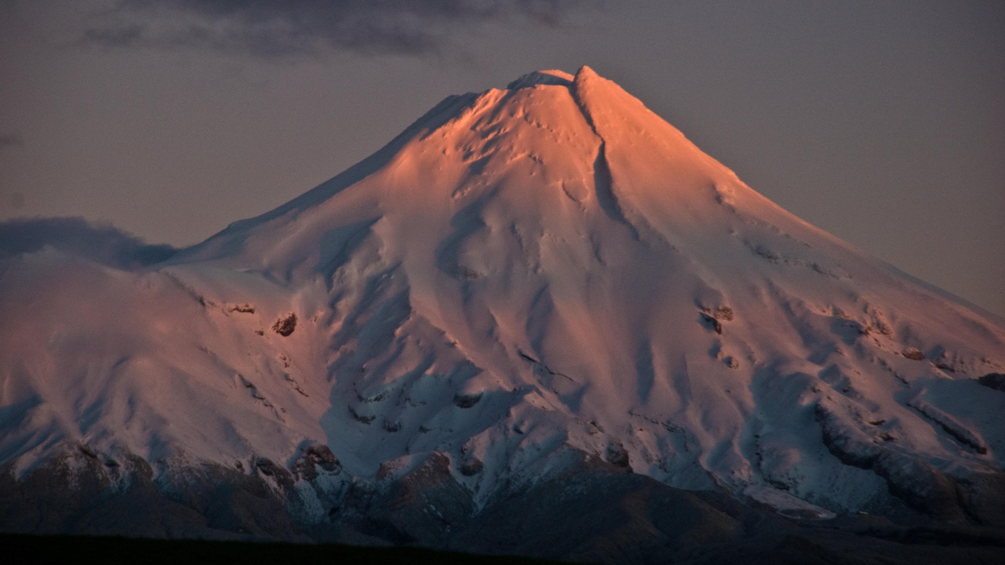 MOUNT TARANAKI: Det karakteristiske 2518 meter høye fjellet er hellig for maoriene, som kaller det for «det skinnende fjellet» på grunn av snøkappen som ligger på fjellet om vinteren.