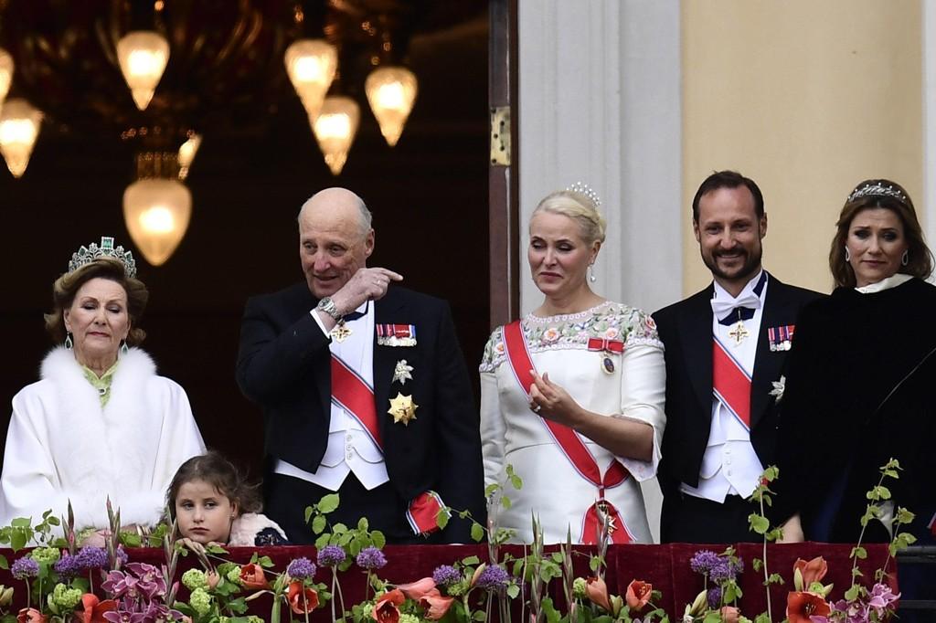 RØRT AV TALE: Dronning Sonja, Emma Tallulah Behn, kong Harald, kronprinsesse Mette-Marit, kronprins Haakon og Märtha Louise hilser publikum fra slottsbalkongen i anledning sin 80-årsfeiring.